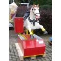 Der Klassiker: grosses Pferd mit echtem Sattel und Zaumzeug!