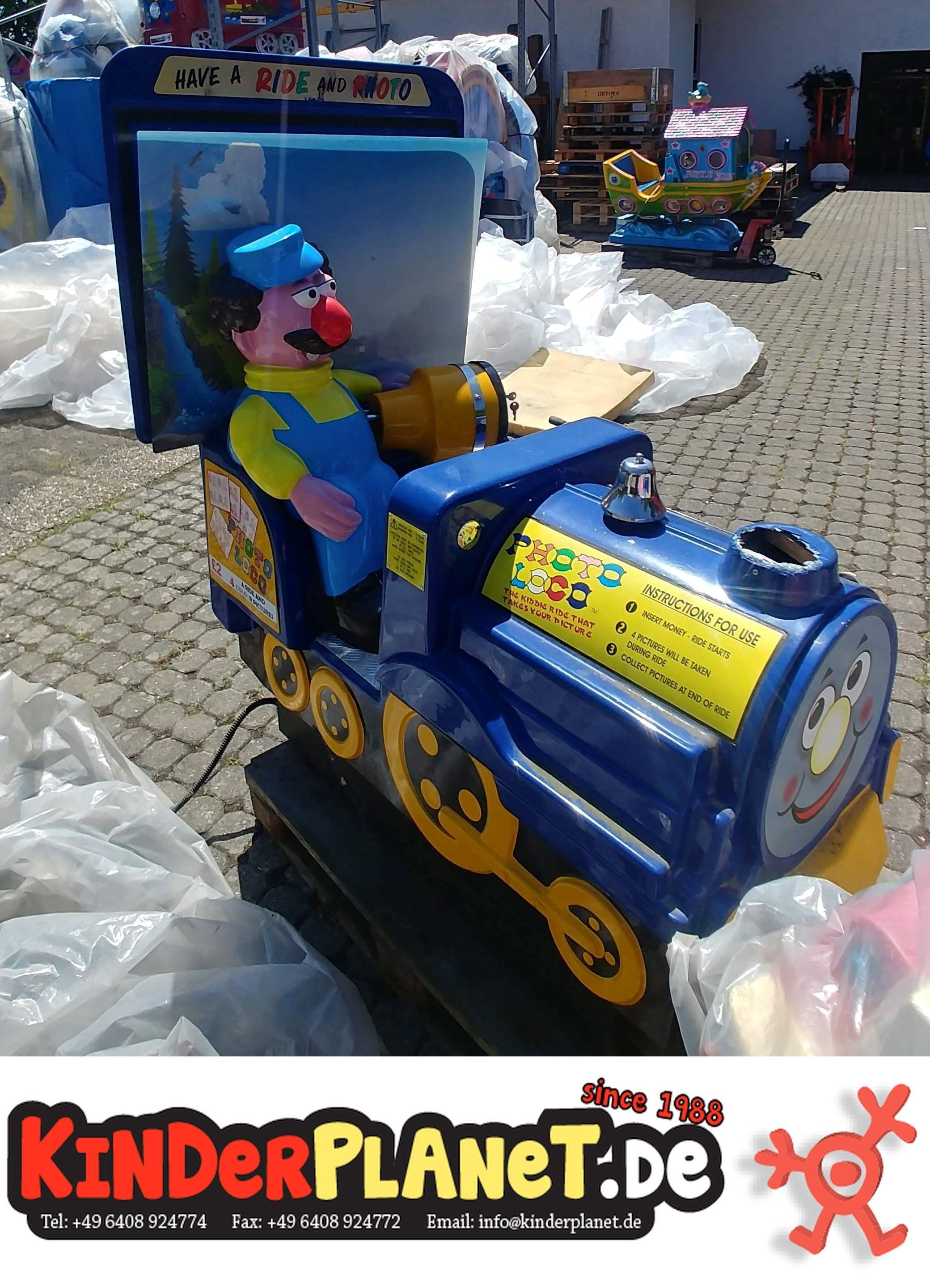 Lokomotive mit Henson-Comic-Figur als Lokführer