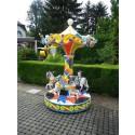Karusell mit drei Pferden im bunten Nostalgie-Look